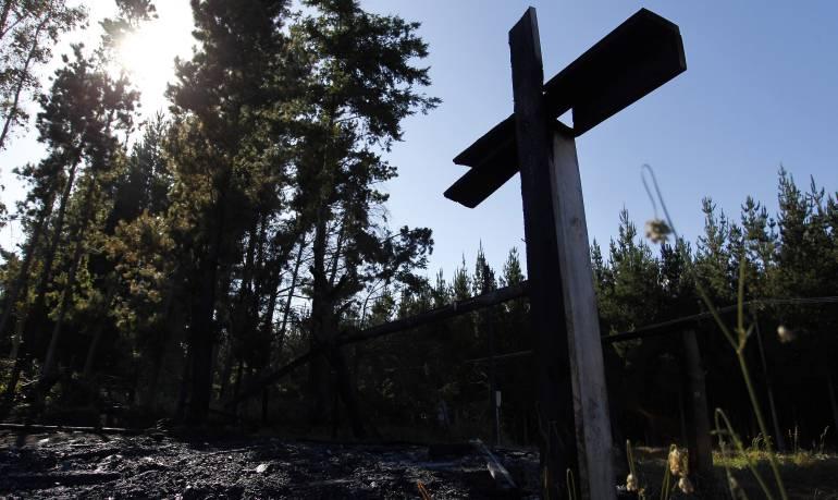 Una cruz calcinada entre los escombros tras ataque incendiario a una capilla Católica en la comuna de Cunco, región de la Araucanía (Chile).