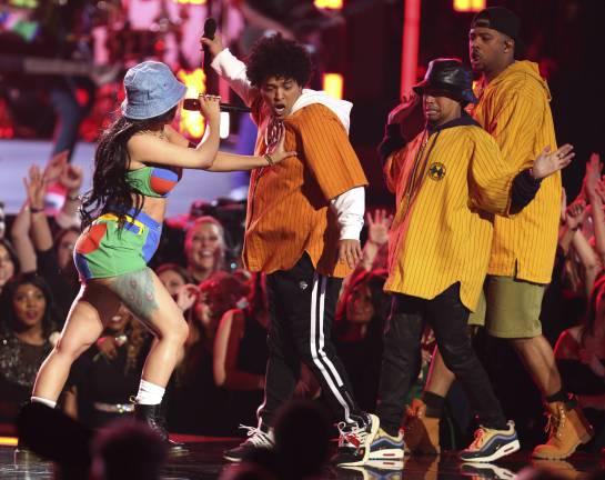 """Bruno Mars, segundo de izquierda a derecha, y Cardi B, izquierda, interpretan """"Finesse"""""""
