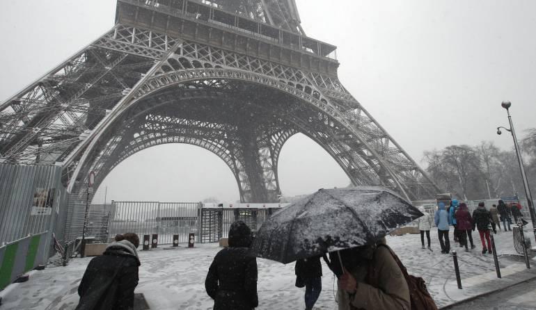 Por ola invernal cierran la Torre Eiffel