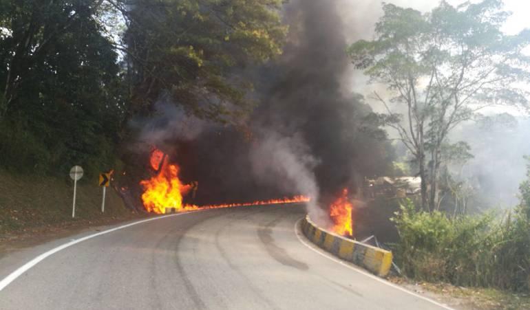 Se estrellan carros: Choque de carrotanques causa incendio cerca de Villavo