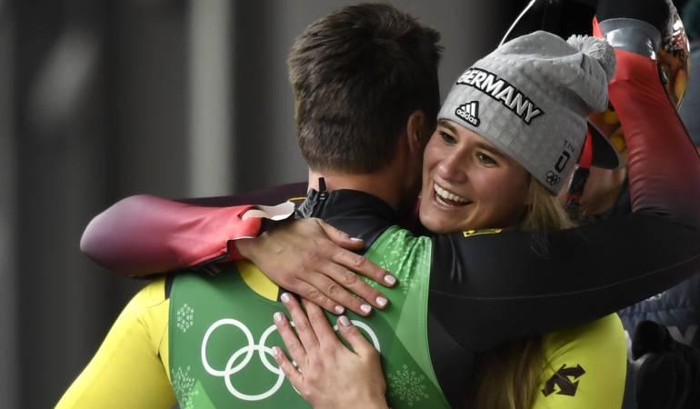 Dos medallistas se abrazan durante los Juegos Olímpicos PyeongChang 2018.