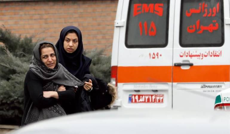 Parientes de los pasajeros del vuelo de Aseman que se accidentó en Irán.