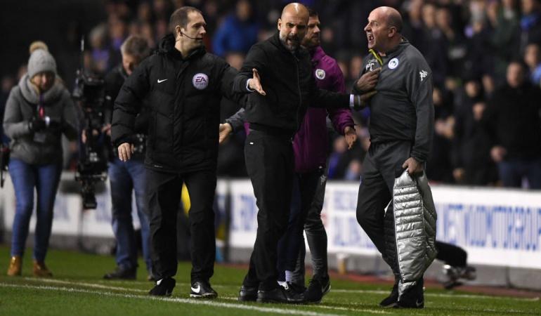 Guardiola encontrón DT Wigan: Guardiola fuera de sí: el español tuvo un encontrón con el DT del Wigan