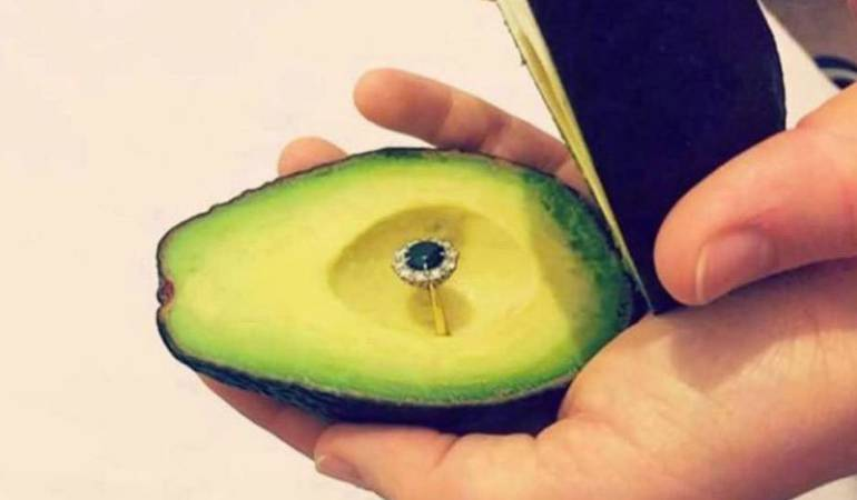 Avocado proposal: ¿Quieres ser mi medio aguacate?