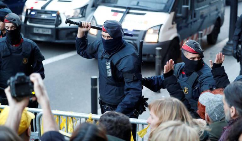 Tensión entre Mossos y manifestantes ante la llegada del rey Felipe VI