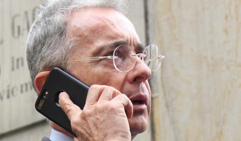 Uribe se retracta a medias por trino contra el periodista Daniel Coronell