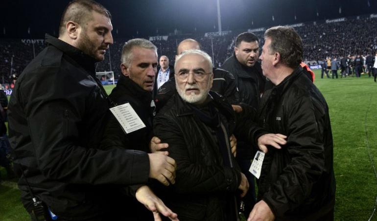 Presidente del PAOK AEK Atenas: ¡Escándalo en Grecia!: Pdte. del PAOK ingresó al campo de juego con un arma