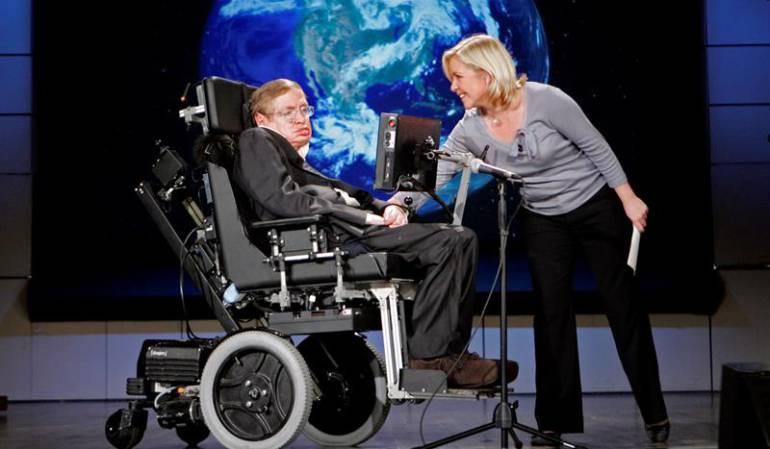 El científico británico Stephen Hawking (izda), y su hija, Lucy Hawking (dcha), en una conferencia en la Universidad de George Washington, en Washington, Estados Unidos, 21 de abril de 2008