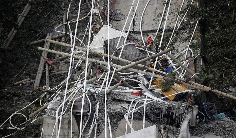 Las autoridades reportaron que hasta el momento nueve personas han fallecido por la caída de un puente que se construye en la doble calzada Bogotá-Villaviencio, sector de Chirajará en jurisdicción del municipio de Guayabetal (Cundinamarca).