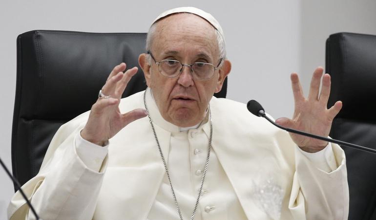 El papa Francisco se dirige a varios jóvenes durante un encuentro pre-sinodal en el Pontificio Colegio Internacional Maria Mater Ecclesiae en Roma, Italia.