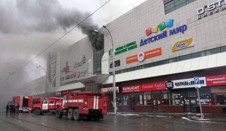 Buscan a más víctimas tras incendio de un centro comercial en Rusia