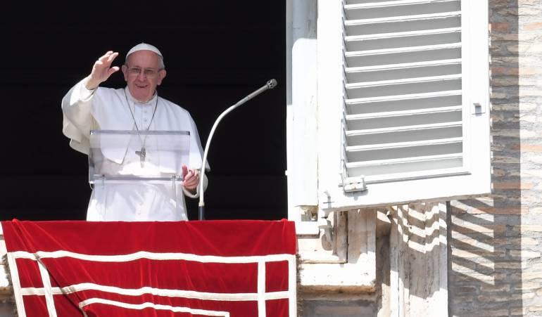 """Papa Francisco: El papa agradece a la policía por proteger a los feligreses de los """"locos"""""""