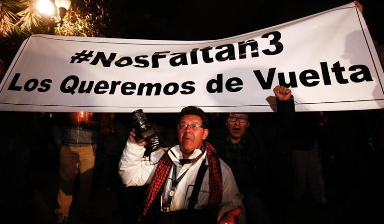 Plantón para exigir la liberación del equipo periodístico del diario El Comercio secuestrado ayer, en la zona de Mataje, fronteriza con Colombia.