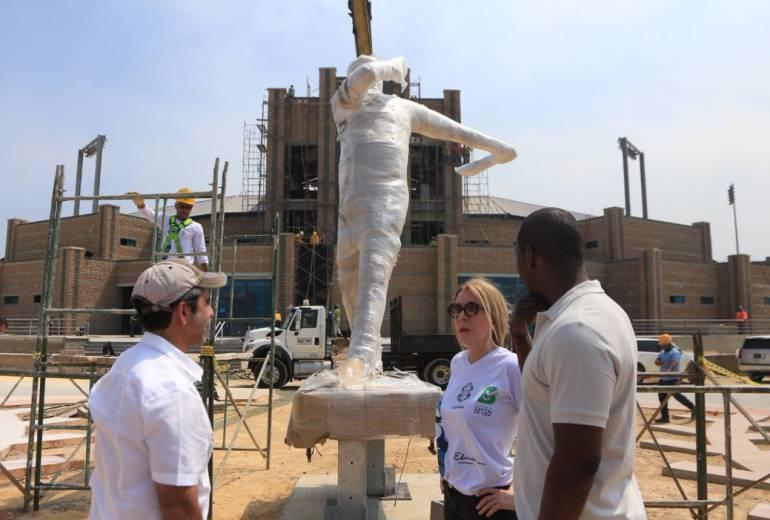 Instalan estatua de Edgar Rentería en el nuevo estadio de béisbol