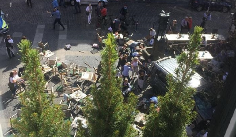 Camioneta atropella a multitud en Alemania; al menos 3 muertos
