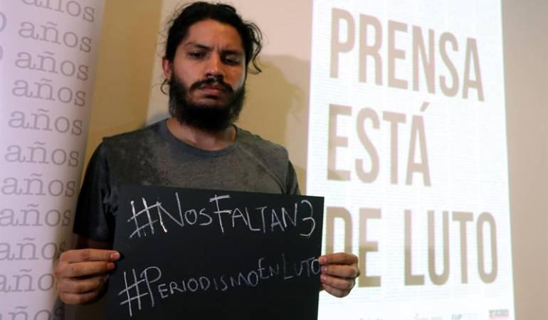 Un periodista protesta por la muerte de los tres periodistas ecuatorianos