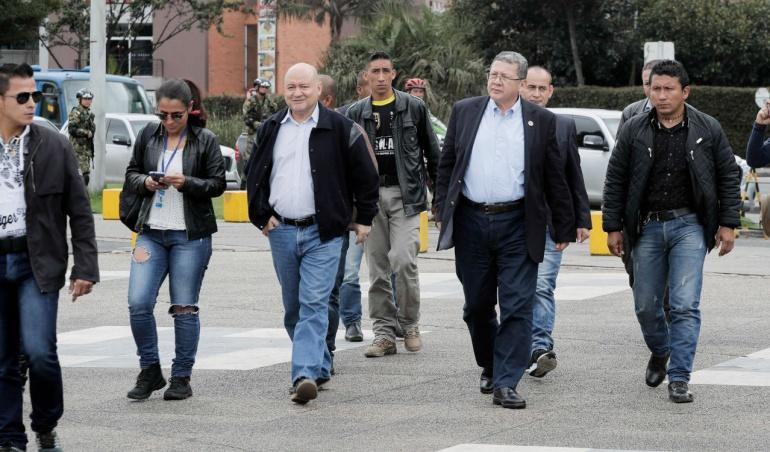 Miembros de las Farc duante su visita a Jesús Santrich en el búnker de la Fiscalía