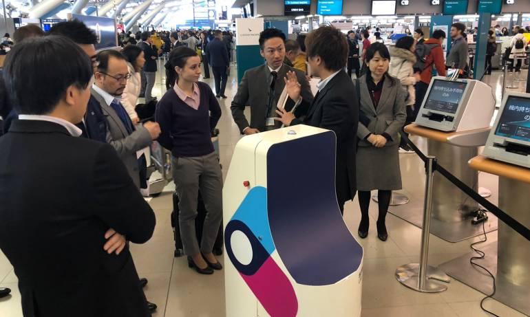 Llega al aeropuerto el Dorado robot de check- in inteligente