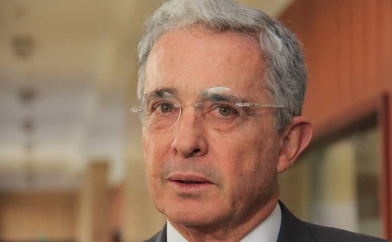Zapatos Gustavo Petro: Uribe compara los ferragamo de Petro con sus crocs