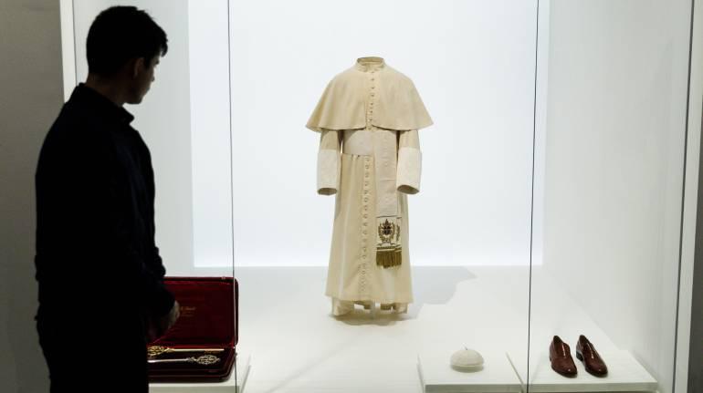 Traje usado por el papa Juan Pablo II en la exposición 'Heavenly Bodies: Fashion and the Catholic Imagination'