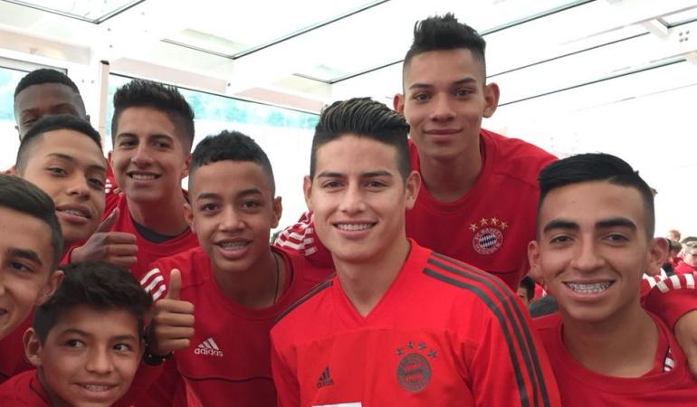 James jóvenes Bayern Múnich: James compartió con los ganadores de la Copa Juvenil del Bayern