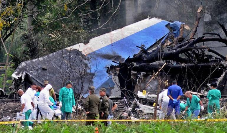Policías y militares trabajan entre los restos del avión Boeing-737 que se estrelló este viernes.
