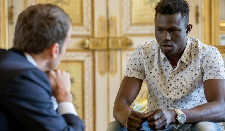 Presidente de Francia, Emmanuel Macron y el emigrante francés Mamoudou Gassama.
