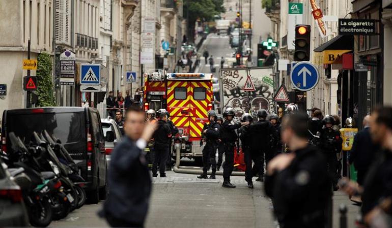 Rehenes en París: Hombre armado retiene dos personas en París pidiendo hablar con el Gobierno