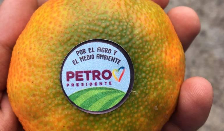 Entrega de frutas en publicidad a Gustavo Petro