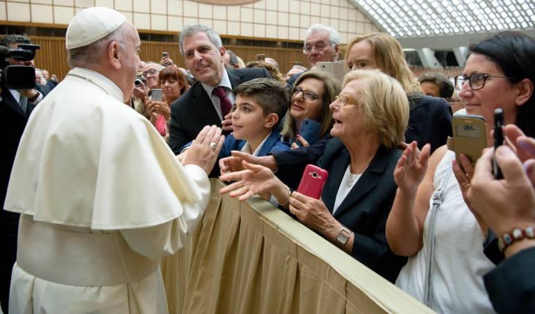 Papa Francisc, mientras saluda a los fieles durante un evento en la Ciudad del Vaticano, 15 de junio del 2018