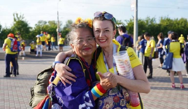 Japonesa le regala un kimono de la suerte a una colombiana: Abuela japonesa regala kimono de la suerte a hincha colombiana