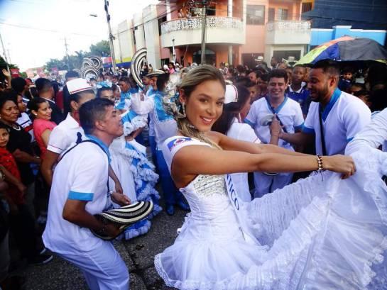 Alegría y gozo durante parada folclórica