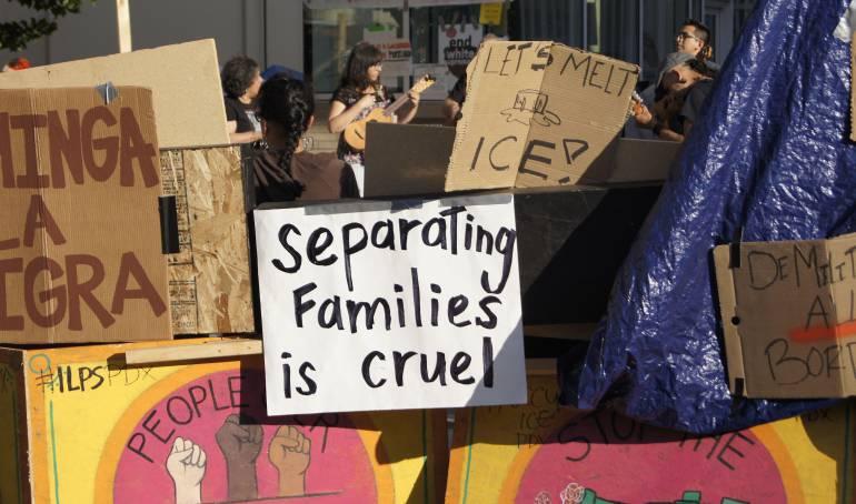 Carteles en contra de la orden ejecutiva del presidente Trump sobre inmigración.