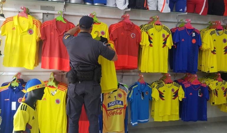 """Camisetas réplica Selección Colombia: Por """"chiviar"""" camisetas de la selección Fiscalía incautará edificio"""