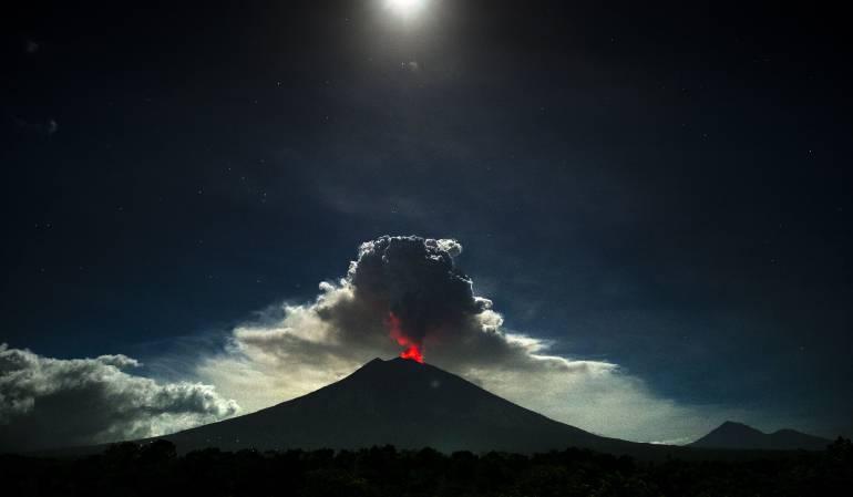 Volcán Agung: Cierran aeropuertos en Indonesia por erupción del volcán Agung