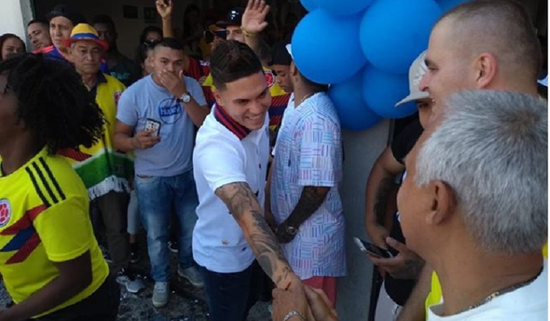 Juan Fernando Quintero: Juanfer Quintero visitó la comuna 13 en Medellín y se animó a cantar