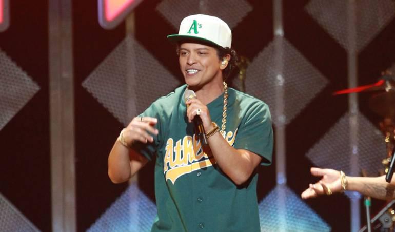 Bruno Mars suspende concierto por incendio en el escenario