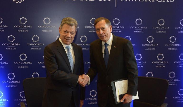 Juan Manuel Santos y  David Petraeus, exdirector de la CIA.