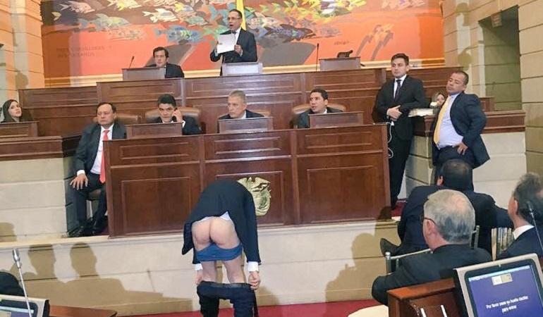 Mockus se baja los pantalones en el congreso: Así fue el momento en que Mockus se bajó los pantalones en el Congreso