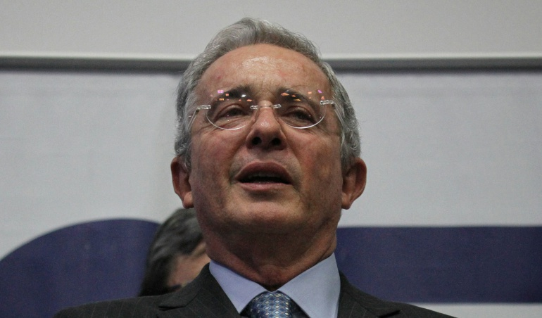 Álvaro Uribe: Uribe: Me cita a indagatoria con implícita medida de aseguramiento