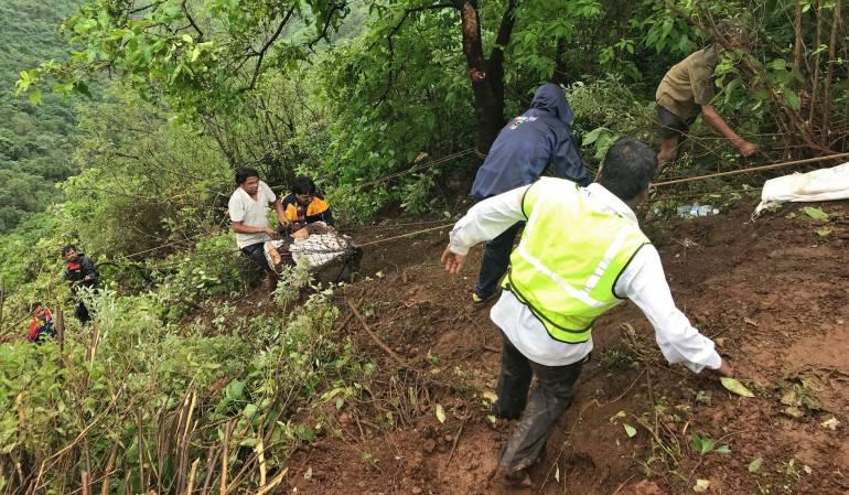 Accidentes tráfico: Al menos 30 muertos al caer un autobús por un precipicio en la India