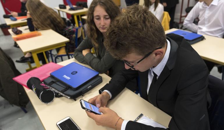 Parlamento francés prohíbe el uso de celulares en la sala de clases