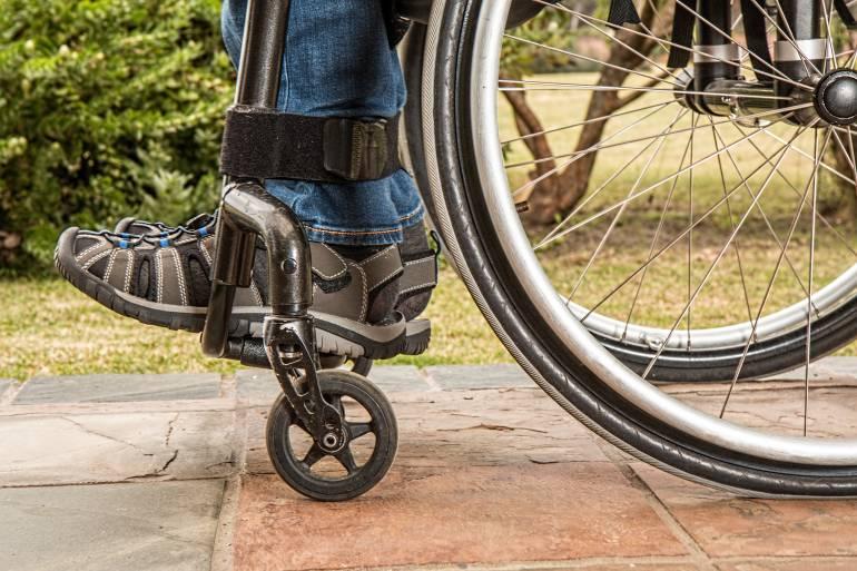 Estudiantes crean silla de ruedas que se maneja a través del parpadeo