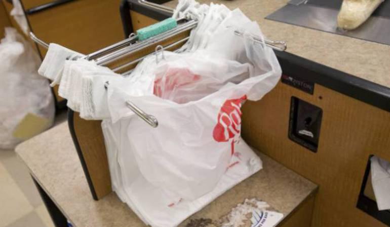 Medio ambiente: Chile aprueba ley que prohíbe entrega de bolsas plásticas en los comercio