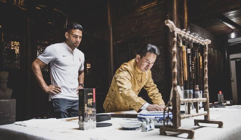 """Falcao escribe chino: Gol en chino se escribe """"Falcao"""": 'El Tigre' y unas clases de mandarín"""