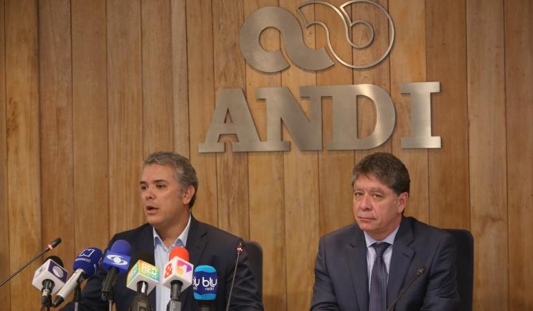 Presidente de la ANDI Bruce Mac Master e Ivan Duque