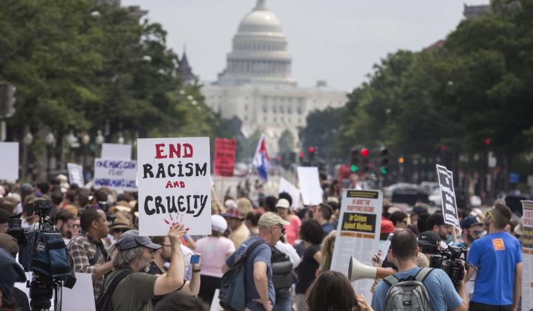 Protestas grupos radicales: Decenas de neonazis protestaron en Washington ante la Casa Blanca