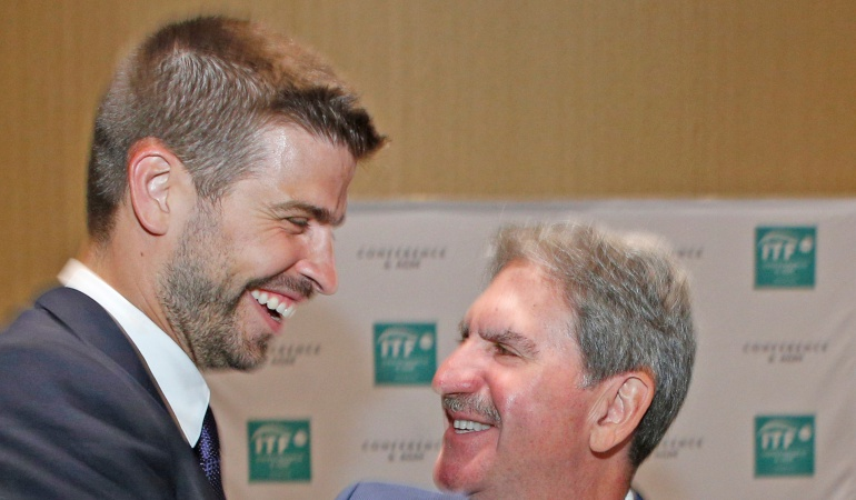 Gerard Pique y David Haggerty, presidente de la Federación Internacional de Tenis.