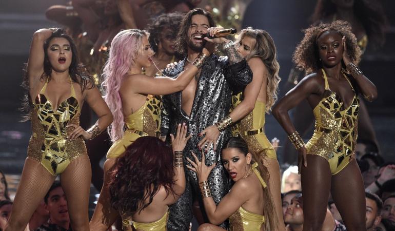 """Premios mtv: Bailarina """"manilarga"""" tocó partes intimas a Maluma en premios MTV VMA"""