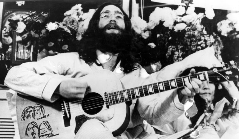 John Lennon fue un artista, músico, multiinstrumentista, cantautor, poeta, dibujante, escritor, actor